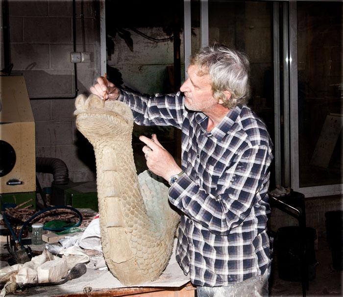 El escultor Joseba San Martín en el taller.