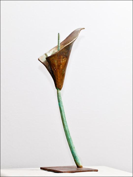 Figura de bronce - Flores de bronce - Cala sobre peana de acero.