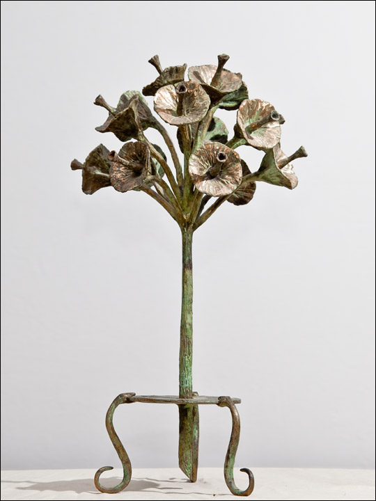 Escultura de flores de bronce. Ramo de flores sobre serpientes.