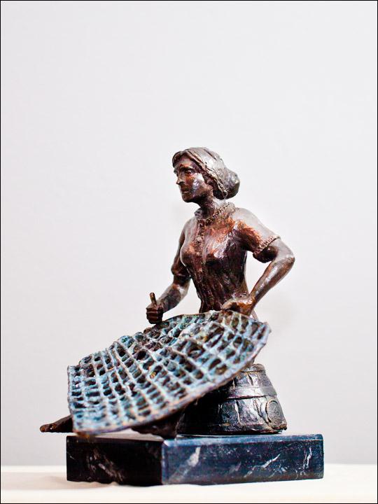 Esculturas decorativas. Mujer tejiendo redes.