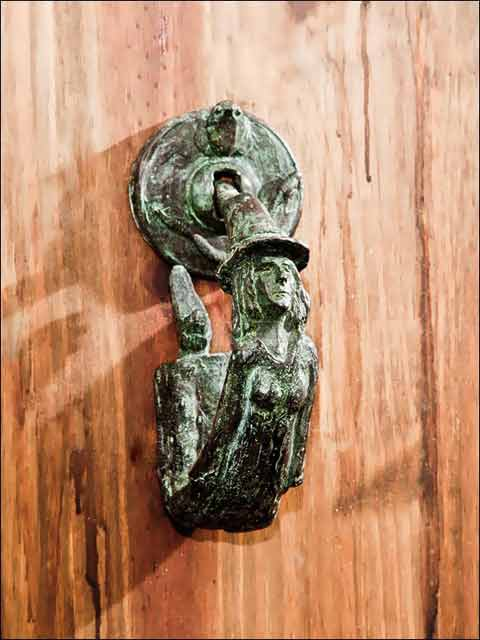 Llamador puerta . Aldaba bruja.