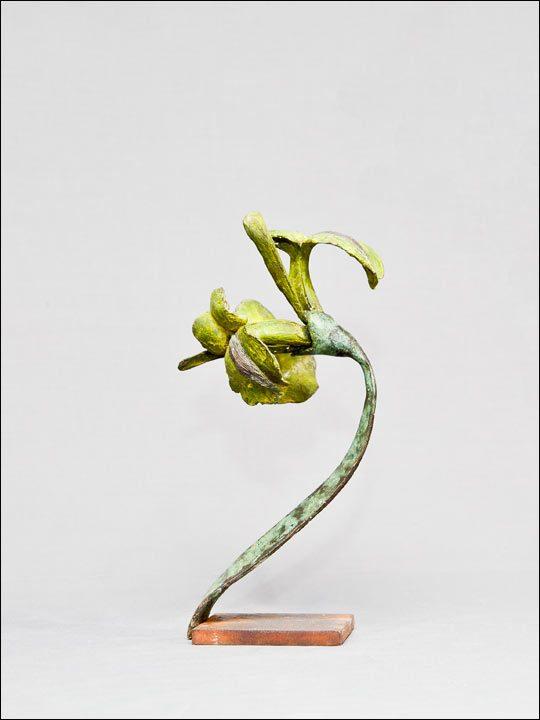 Esculturas de bronce. Flor amarilla en peana de acero.