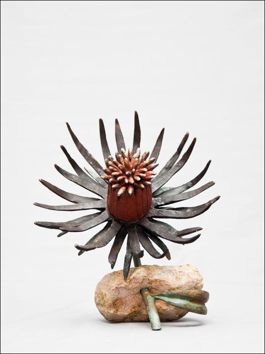 Flores de bronce. Flor roja en piedra.