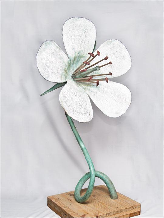 Flores bronce decoración. Flor blanca.