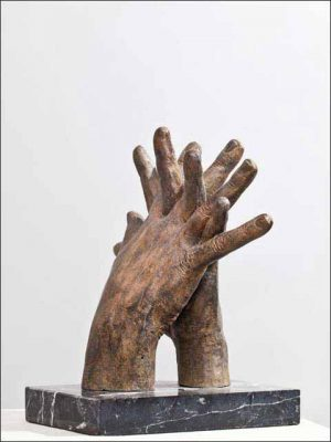 Bronce figura. Las manos del autor