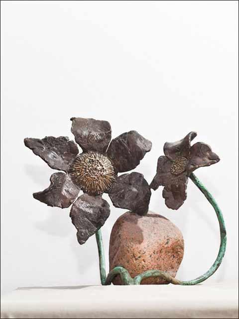 Figura de bronce . Flores con piedra.